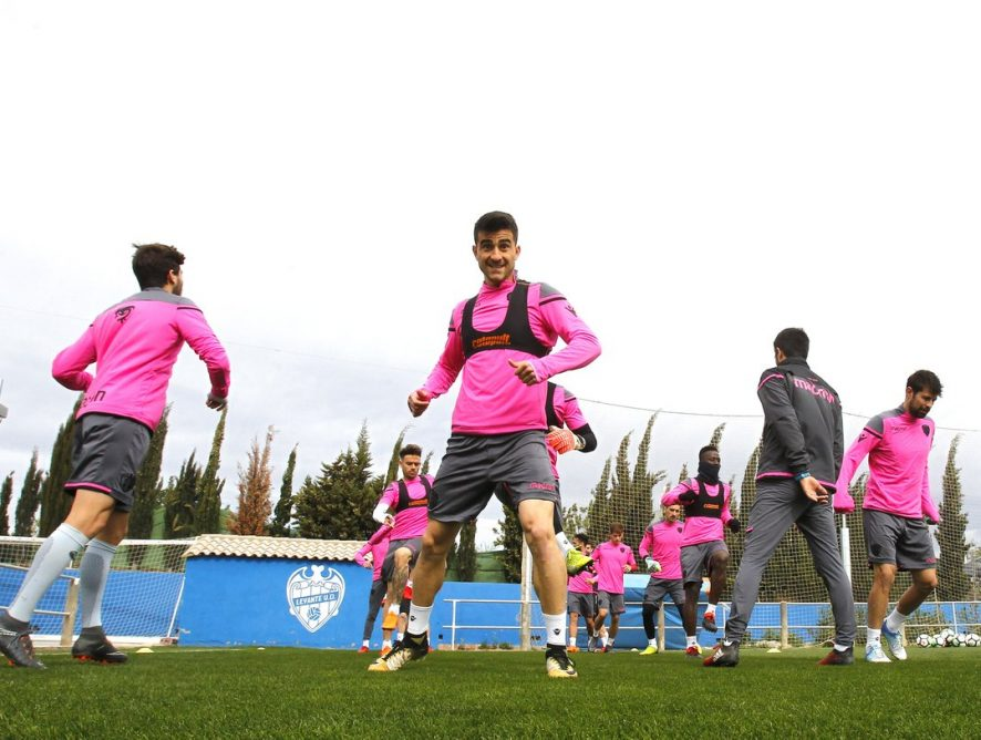 Postigo, ya con el grupo, podrá estar contra el Girona