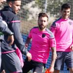 Charla entre Paco López y Luna, que podría entrar en la lista frente al Málaga