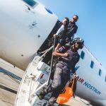 Sonrisas, bromas y brindis por la permanencia en el vuelo de regreso de Vigo